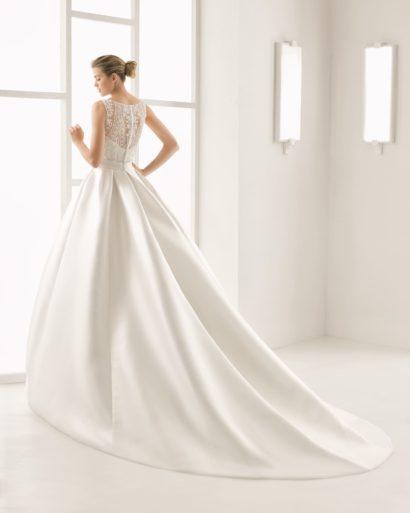 Пышное свадебное платье из атласной ткани с кружевным закрытым лифом и широким поясом.
