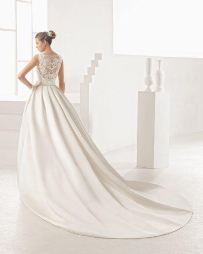 Роскошное свадебное платье с прозрачной спинкой и драматичным длинным шлейфом.