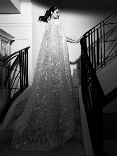 Роскошное свадебное платье прямого кроя с эффектной вышивкой и длинной накидкой.