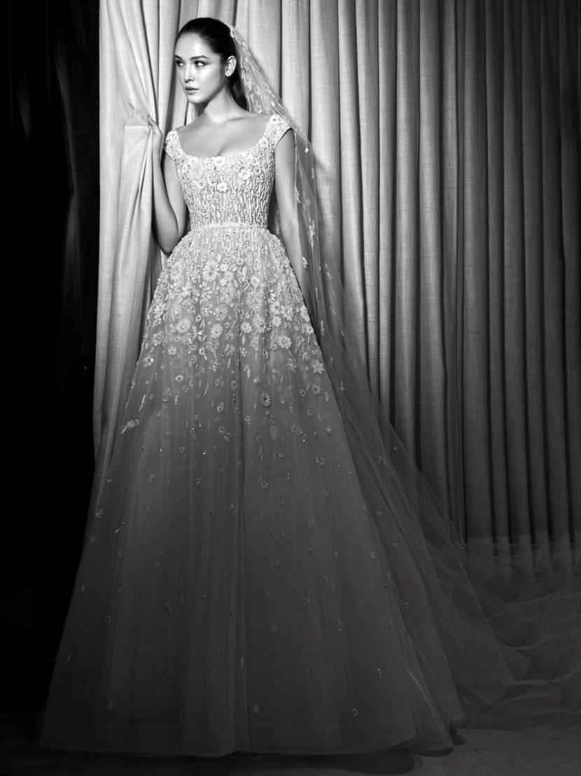 Свадебное платье с фактурной вышивкой по верху и объемным шлейфом сзади.