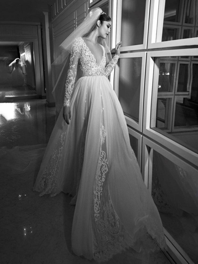 Торжественное свадебное платье с многослойной юбкой и романтичным кружевным декором.