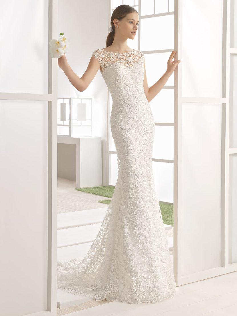 Кружевное свадебное платье облегающего кроя с прозрачной спинкой и шлейфом.
