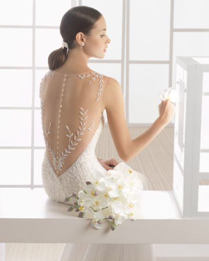Прямое свадебное платье с кружевным декором и глубоким декольте на спинке.