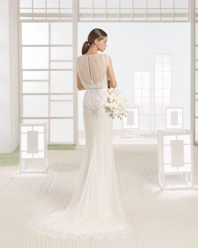 Прямое свадебное платье с вышивкой на закрытом лифе и небольшим шлейфом сзади.