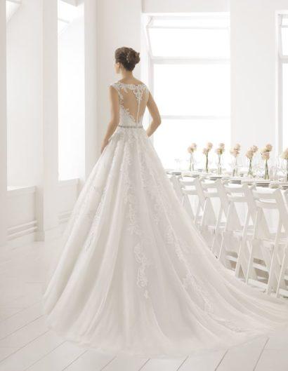 Свадебное платье «принцесса» с узким поясом на талии и отделкой из кружева.