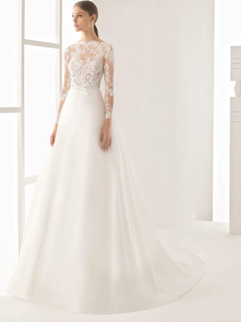 Свадебное платье А-силуэта с длинным кружевным рукавом и небольшим шлейфом сзади.