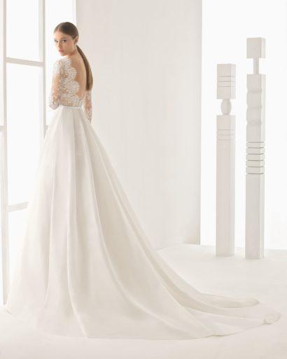Свадебное платье с длинным кружевным рукавом и небольшим шлейфом сзади.