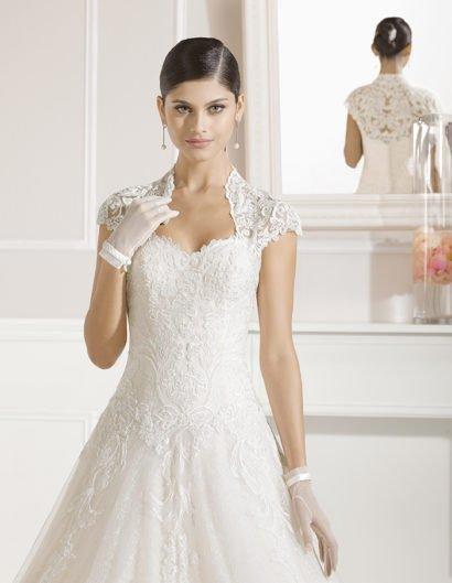 Великолепное свадебное платье «принцесса» с кружевной отделкой и многослойным шлейфом.