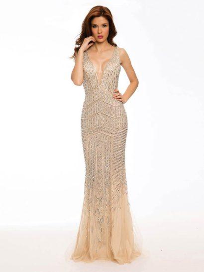 В облегающем вечернем платье от Jovani вы будете сиять - поможет в этом великолепная бисерная отделка, покрывающая наряд от лифа до середины подола. Глубокий V-образный вырез на лифе повторяется и на спинке платья, где спускается еще более смело.  Юбку покрывает несколько слоев полупрозрачной ткани, переходящей в шлейф и создающей романтичное настроение.