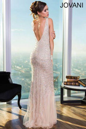 Вечернее платье кремового цвета с глубоким декольте и роскошной сияющей отделкой.