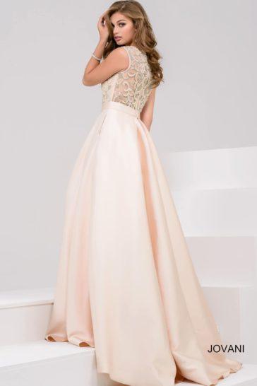 Розовое вечернее платье с полупрозрачной спинкой и пышной атласной юбкой.