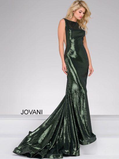 Это сногсшибательное выпускное платье полностью покрыто пайетками. Оно спускается до пола. Верх без рукавов дополнен полупрозрачными вставками, спинка открыта глубоким вырезом. Завершает впечатление элегантный шлейф. Сзади располагается скрытая молния. Это платье прекрасно подойдет девушкам любого роста, которые хотят выглядеть утонченно и роскошно.