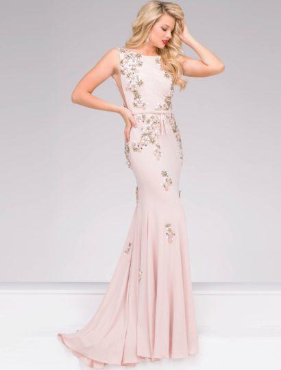 Это великолепное вечернее платье розового цвета дополнено элегантным шлейфом. Открытый верх с вырезом лодочкой дополнен полупрозрачными вставками по бокам и бантом на талии. Кроме того, сзади располагается округлый вырез. В роли отделки – вышивка с цветочным мотивом.  Облегающий крой прекрасно подойдет девушкам, которые мечтают подчеркнуть свои изгибы. Это великолепный выбор для той, которая хочет выглядеть стильно и женственно.