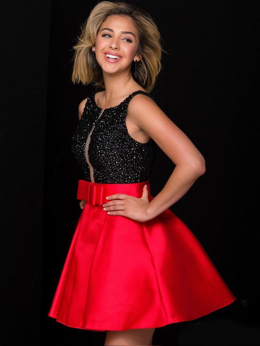 Вечернее платье с сияющим черным лифом и красной юбкой из атласной ткани.