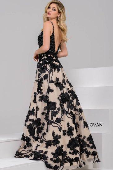 вечернее платье с черным сияющим лифом и бежевой юбкой с черным узором.