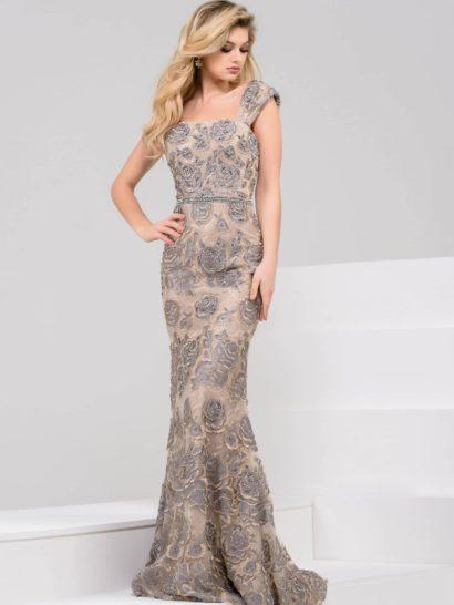 Впечатляющее вечернее платье выполнено в сдержанных тонах лилового и пудрово-розового. Открытый лиф прямого кроя дополняют симметричные широкие бретели, скрывающие плечи.  Юбка, заканчивающаяся сзади коротким шлейфом, облегает бедра и слегка расширяется снизу, обеспечивая комфорт движений. Деликатный цветочный рисунок делает ее настроение особенно романтичным.