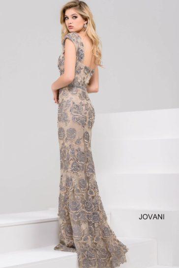 Облегающее вечернее платье с цветочным узором и небольшим шлейфом сзади.