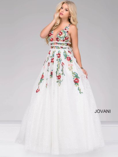 Кружевное бальное платье длиной в пол будет идеальным выбором для выпускного. Верх без рукавов оформлен глубоким декольте спереди и открытой спинкой сзади. Линия талии выделена несколькими узкими полосами кружева.  Отдельного внимания заслуживает потрясающая отделка, выполенная вышивкой. Цветочный узор в красно-зеленых тонах интересно дополняет кружево цвета слоновой кости.