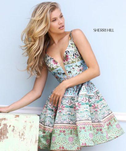 Короткое вечернее платье с глубоким вырезом и пышной юбкой до середины бедра.