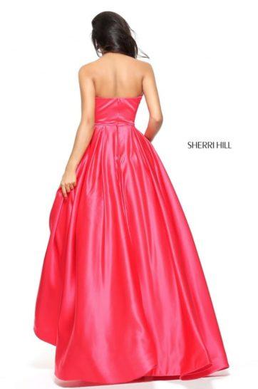 Розовое вечернее платье пышного кроя с открытым лифом и отделкой из стразов.