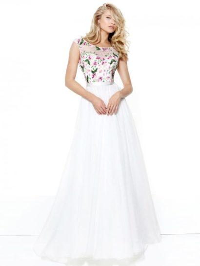 Свежесть и простота этого образа делают вечернее платье идеальным выбором как для выпускного, так и для других торжественных случаев. Элегантный верх с вырезом «лодочка» на полупрозрачной ткани декорирован цветочной вышивкой. Сзади спинка обнажена округлым вырезом.  Талию охватывает атласный пояс, от которого спускается легкая шифоновая юбка белого цвета.
