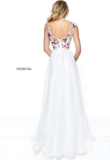 Белоснежное вечернее платье прямого кроя с вырезом «лодочкой» и вышивкой.