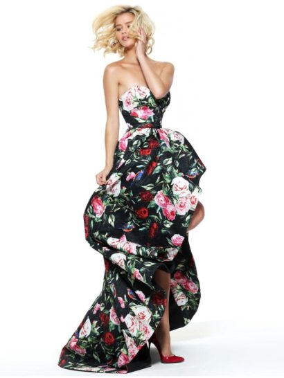 Открытое вечернее платье позволяет создать оригинальный, полный театральной драматичности образ.  Пышная юбка с небольшим шлейфом укорочена спереди, она открывает ноги до середины бедра.  Декольте с вырезом в форме сердечка красиво подчеркивает фигуру, как и созданный силуэтом акцент на естественную линию талии.