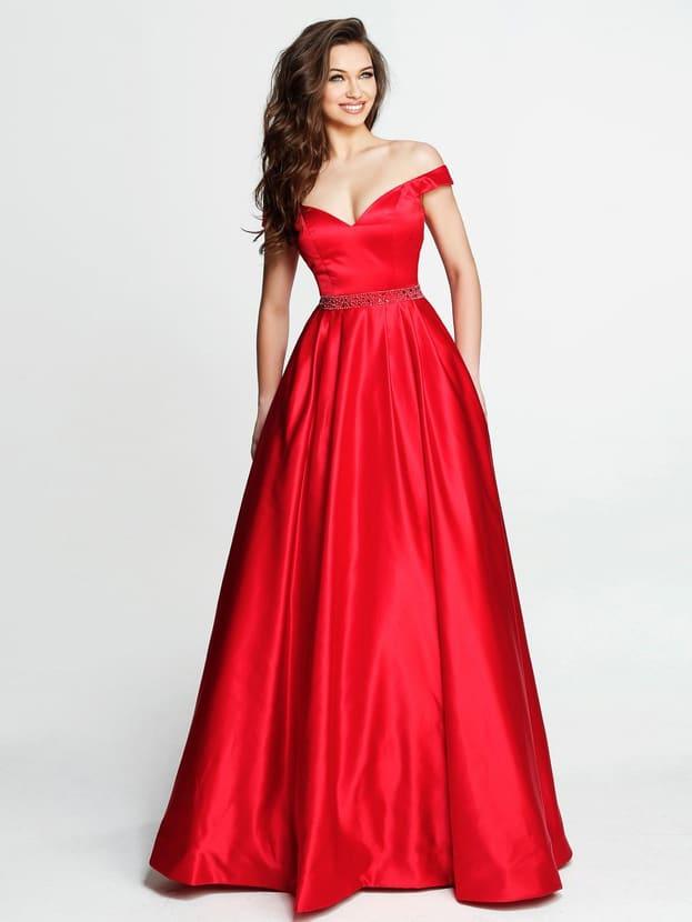 Красное вечернее платье А-силуэта с глубоким вырезом и широкими бретельками.