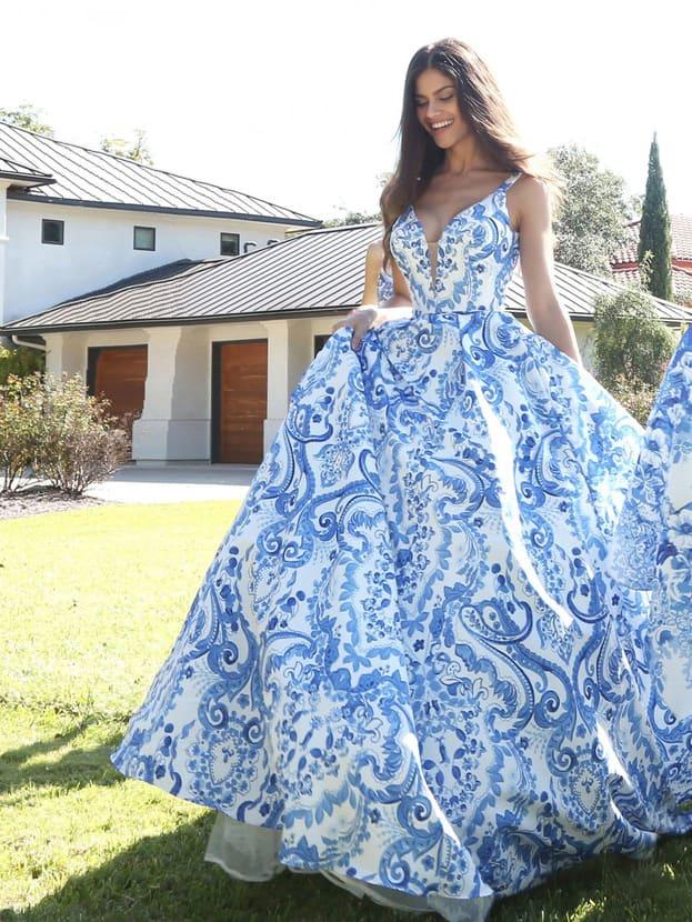 Вечернее платье с V-образным вырезом, выполненное из бело-голубой ткани.