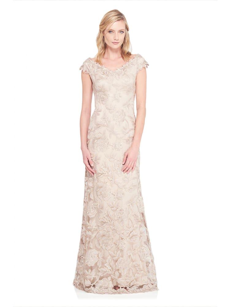 Бежевое вечернее платье с длинной юбкой А-силуэта и кружевной отделкой.