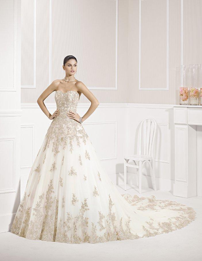 Роскошное свадебное платье А-силуэта с вышивкой и длинным шлейфом.