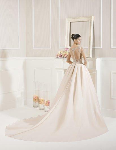 Розовое свадебное платье А-силуэта с бисерной вышивкой по верху и длинным шлейфом.