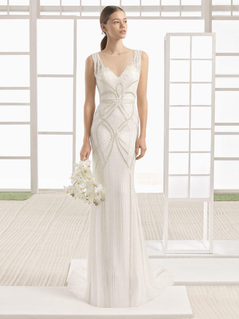Прямое свадебное платье с вырезом в форме сердца и фактурной отделкой.