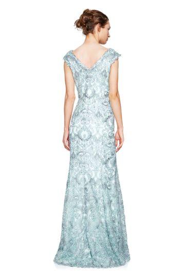 Серо-голубое вечернее платье с юбкой А-силуэта и изящным V-образным декольте.