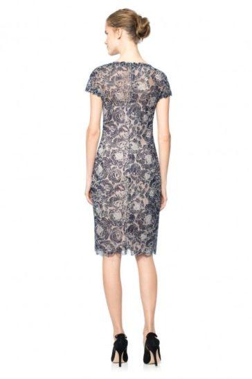 Серое вечернее платье с облегающим силуэтом «футляр» и коротким рукавом.