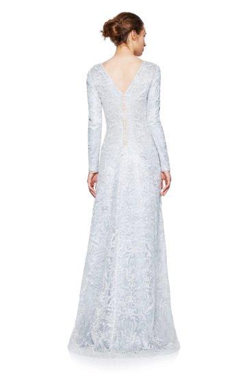 Сияющее вечернее платье с глубоким декольте, длинным рукавом и кружевным декором.