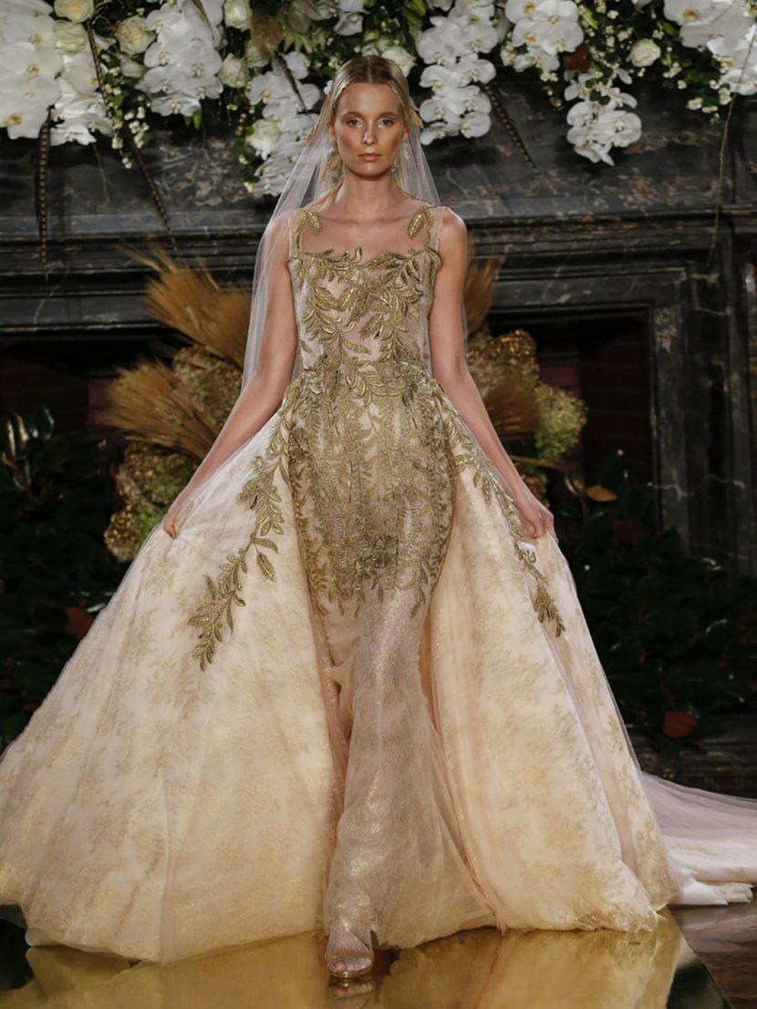Потрясающее свадебное платье из полупрозрачной ткани, расшитое золотым и розовым узором.