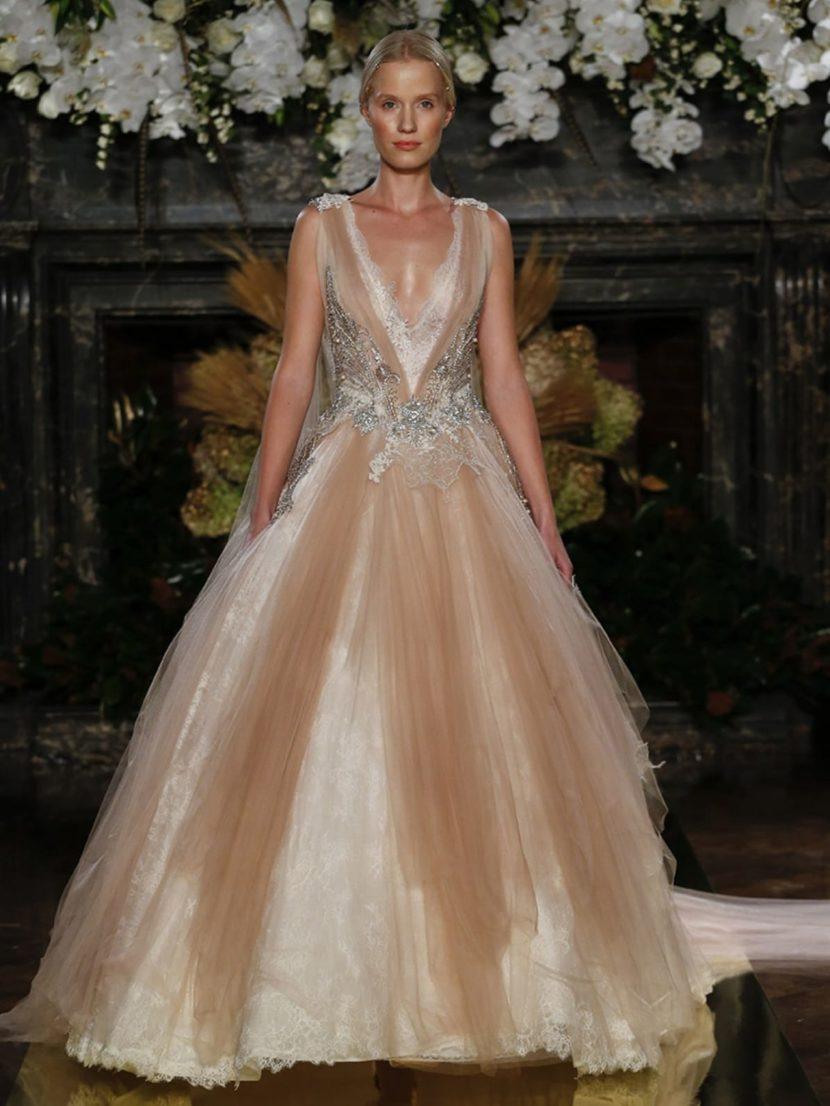 Дизайнерское пышное платье цвета румян с глубоким V-образным вырезом и шлейфом.