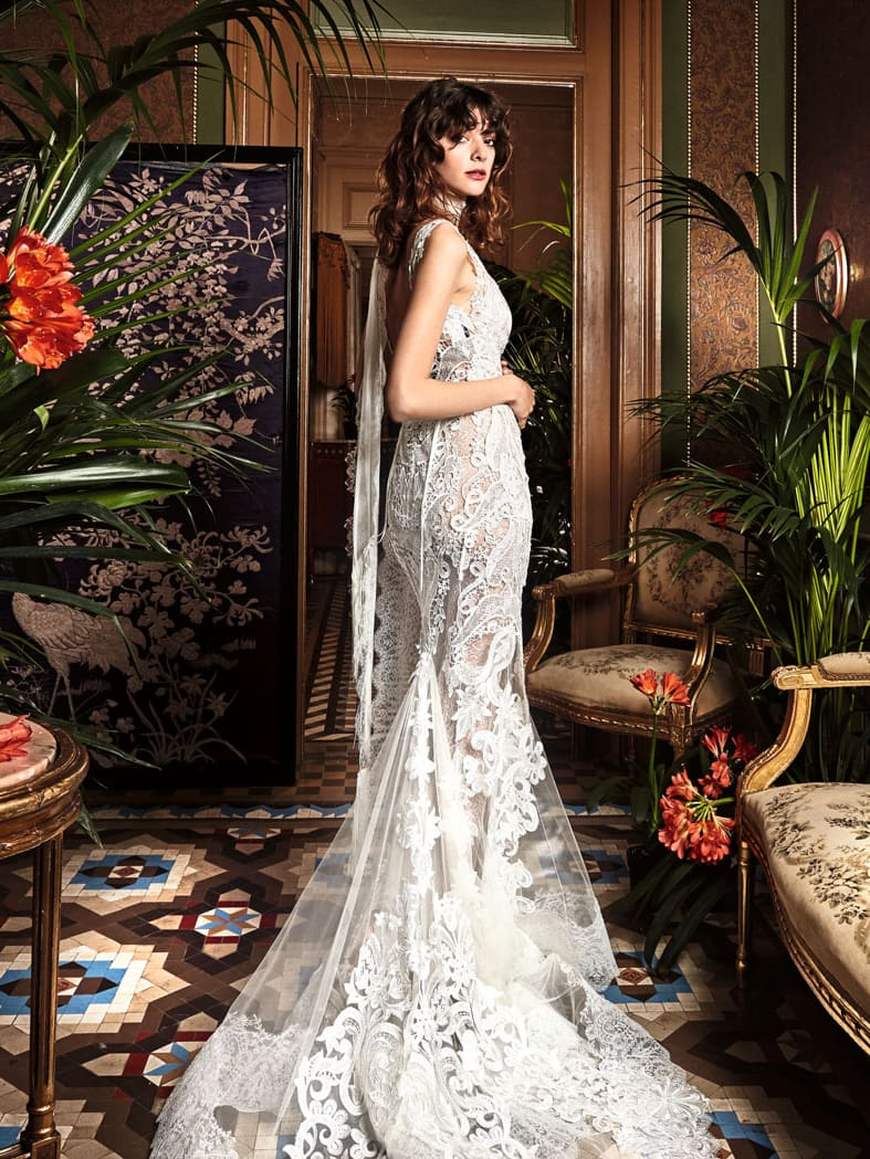 Богемное свадебное платье с облегающим кроем и глубоким декольте, украшенное гипюром.