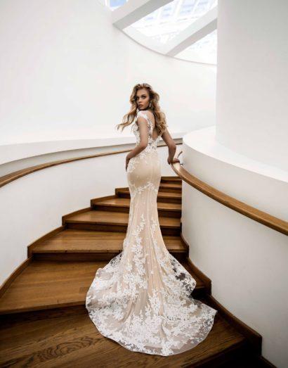 Свадебное платье-трансформер на бежевой подкладке, украшенное белым кружевом.
