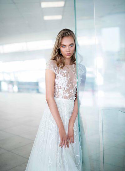 Свадебное платье с верхом из тонкой ткани и глубоким вырезом на спинке.