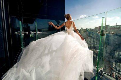 Свадебное платье с роскошной юбкой и глубоким V-образным декольте на лифе.