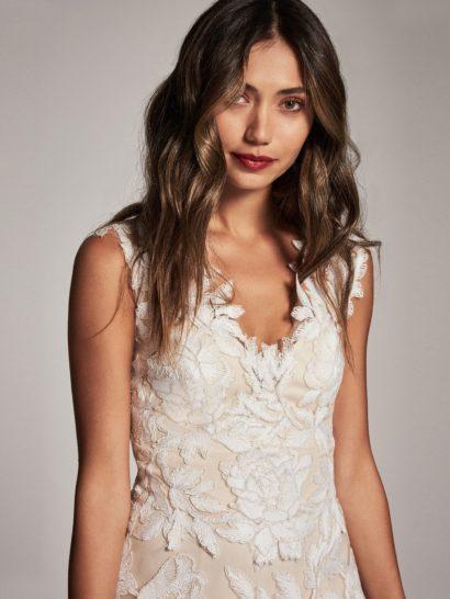 Вечернее платье с отделкой бутонами ирисов и V-образным декольте.