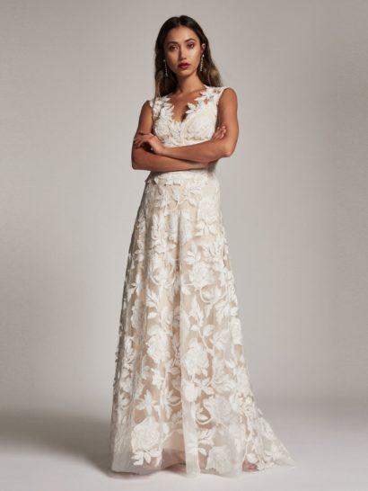 Романтичное в каждой детали, это вечернее платье декорировано нежным узором с ирисами. Верх без рукавов очерчивает декольте глубоким V-образным вырезом. В сочетании с объемной юбкой А-силуэта такой крой смотрится очень женственно. Платье выполнено с традиционной дизайнерской подкладкой из трикотажа, гарантирующей комфорт и элегантность.
