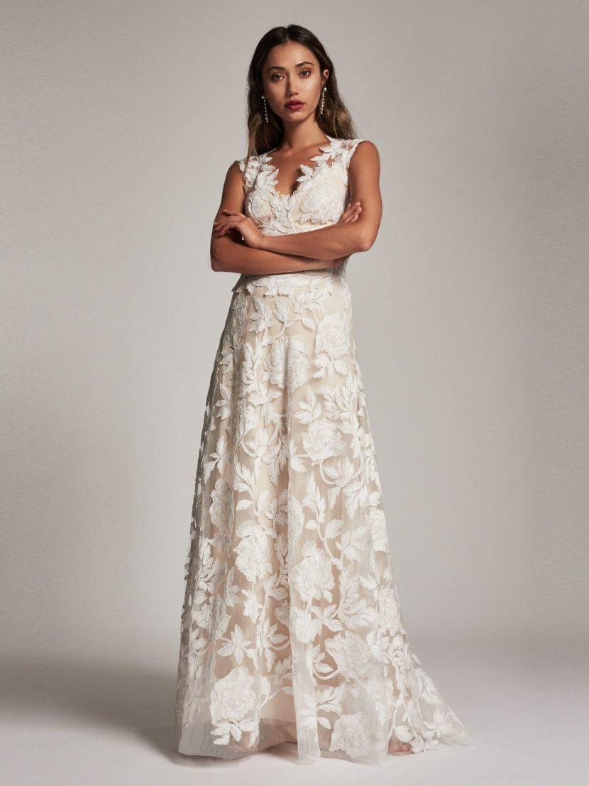 Вечернее платье А-силуэта с отделкой бутонами ирисов и V-образным декольте.