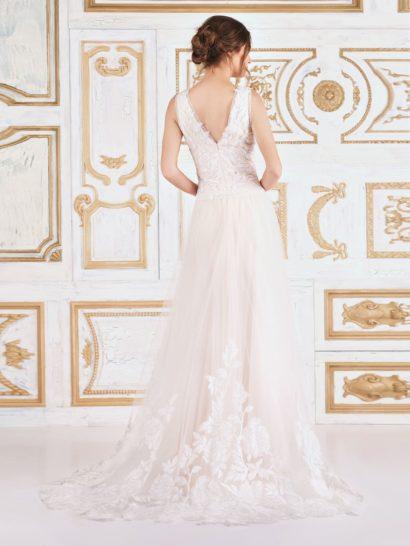 Вечернее платье А-силуэта с элегантным вырезом и отделкой кружевом с пионами.