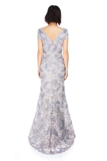 Серебристое вечернее платье облегающего кроя с иллюзией полупрозрачности.