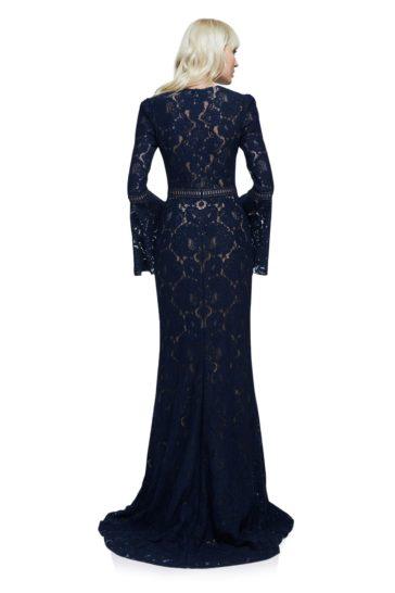 Темно-синее вечернее платье прямого кроя с отделкой плотным цветочным кружевом.