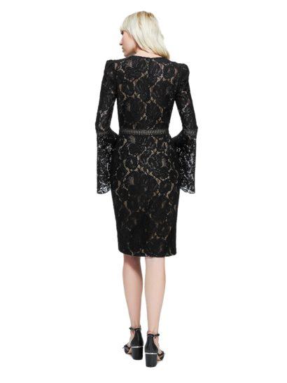 Черное кружевное коктейльное платье с длинным рукавом-колокольчиком.