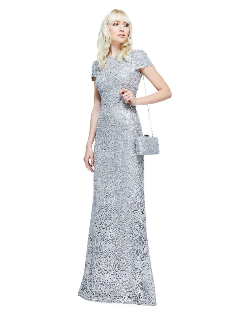 Серебристое вечернее платье длиной в пол с коротким рукавом и прямой юбкой.